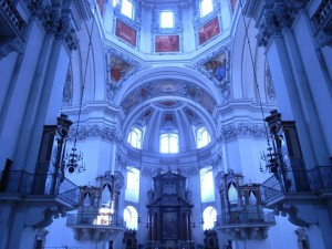 ザルツブルグにあるモーツァルトゆかりのザンクトペーター教会、五台のオルガンが取り囲むように配置